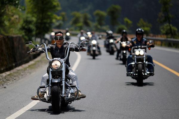 Езда вместе много байкеров