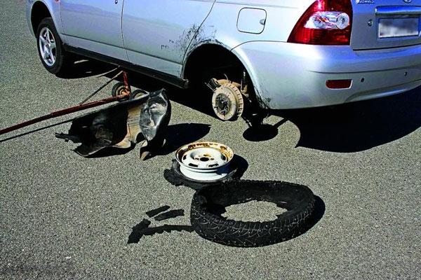 Самостоятельно ремонтируем пробитое в дороге колесо