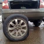 Ремонт пробитого колеса в дороге