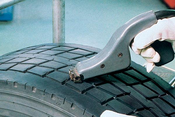 Замена протектора и ремонт механических повреждений на шине